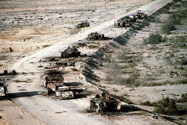 Ảnh chụp từ trên không các phương tiện tăng - thiết giáp Iraq bị tiêu diệt trên đường số 8, tháng 3/1991.