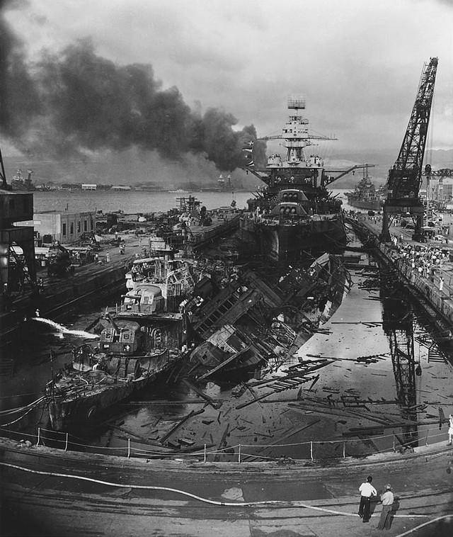 USS Pennsylvania, phía sau xác tàu đắm của những tàu khu trục USS Downes và USS Cassin