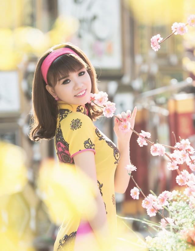 Mới đây, cô nàng đã cho trình làng bộ ảnh áo dài đón xuân và nhận được sự quan tâm, chú ý của nhiều bạn bè cũng như thành viên mạng xã hội.