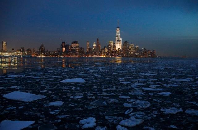 Những tảng băng trôi nổi trên sông Hudson ở New York, Mỹ.