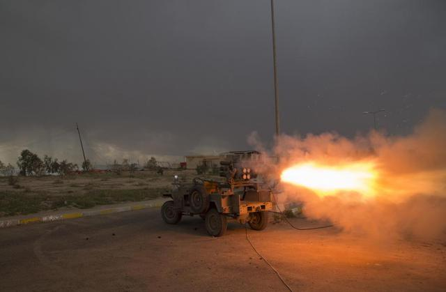 Các chiến binh Hồi giáo dòng Shiite phóng rocket nhằm vào nhóm phiến quân Nhà nước Hồi giáo (IS) ở tỉnh Salahuddin, Iraq.