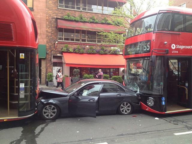 Một chiếc xe Mercedes bị kẹt chặt giữa 2 chiếc xe bus không lồ trong vụ tông xe liên hoàn trên đường phố Goodge ở London, Anh.