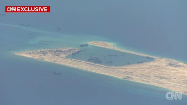 Camera của máy bay giám sát Mỹ ghi lại hình ảnh Trung Quốc cải tạo trái phép tại đá Chữ Thập.