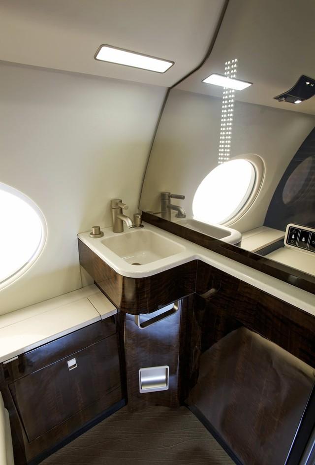 Phòng tắm trên chuyên cơ còn đặc biệt bởi nhiều trang thiết bị đắc tiền mà bạn chỉ có thể tìm thấy trong các căn hộ sang trọng của thành phố.