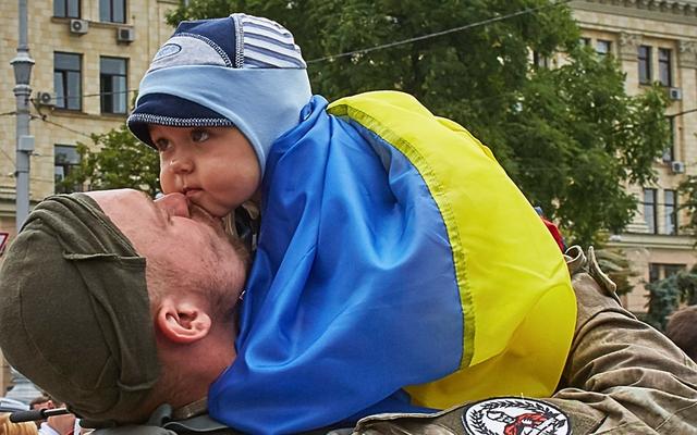 Lính đặc nhiệm Ukraine hôn chia tay con nhỏ tại thủ đô Kiev, trước khi lên đường làm nhiệm vụ ở miền đông.