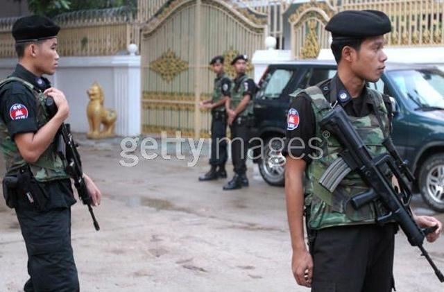 Hai ngày sau vụ trục xuất, Trung Quốc và Campuchia đã ký các hợp đồng trị giá khoảng 850 triệu USD. Tiếp đến, vào năm 2013, Phnôm Pênh đã tuyên bố ngừng một số hợp tác quân sự với Mỹ sau những chỉ trích của các nghị sĩ Mỹ về cuộc bầu cử tại Campuchia. Trong ảnh: Súng bộ binh trong Quân đội Campuchia do Trung Quốc viện trợ.