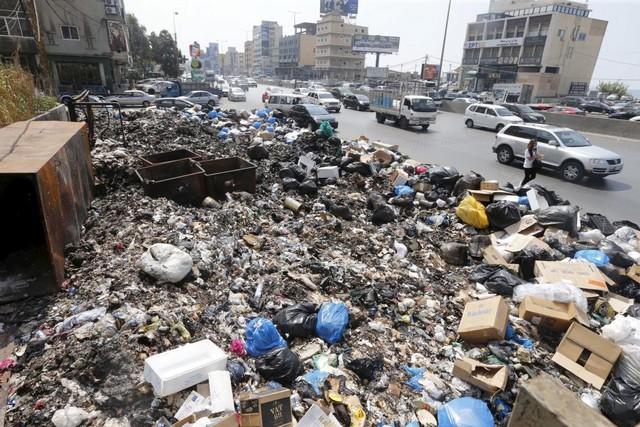 Rác thải được chất thành đống dọc đường phố ở Beirut, Li Băng.