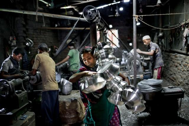 Người phụ nữ làm việc tại một nhà máy ở Dhaka, Bangladesh.