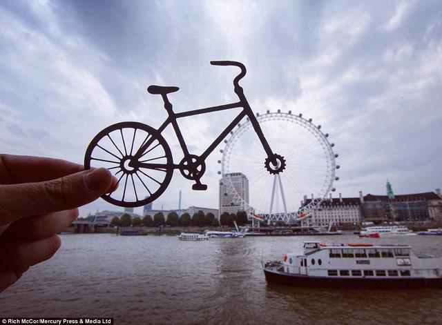 Vòng quay London Eye trở thành một bánh xe hoàn hảo trên nền trời.
