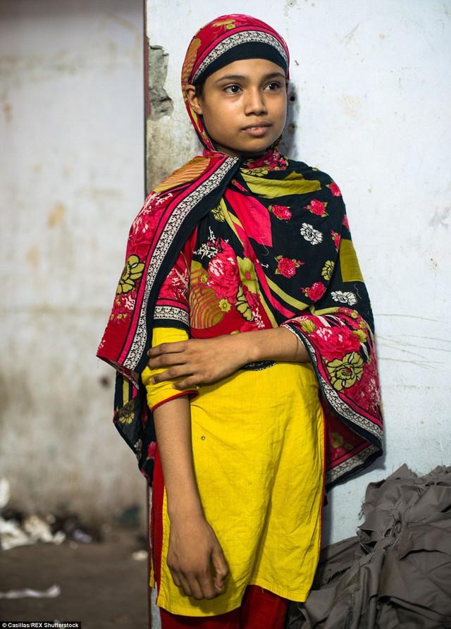 Bé Shanta, 11 tuổi, đã làm việc trong một xưởng may chui được 1 năm. Cô bé đến từ Madaripur, Bangladesh.