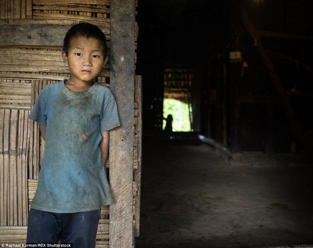 Trẻ con bộ tộc này bị bỏ mặc, không có ai quan tâm tới vì bố mải mê hút sách còn mẹ phải ra đồng kiếm ăn.