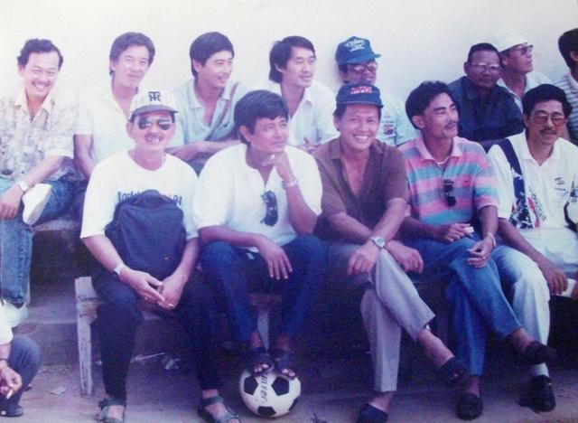 Ông Tịnh (hàng đầu, thứ 2 từ trái sang) cùng bạn hữu thời còn đá bóng.