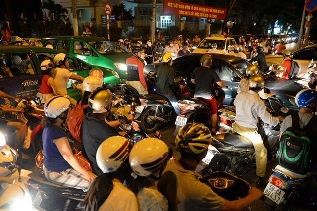 Xe cộ hỗn loạn tại giao lộ Ngô Thời Nhiệm - Trần Quốc Thảo - Ảnh: Hữu Khoa