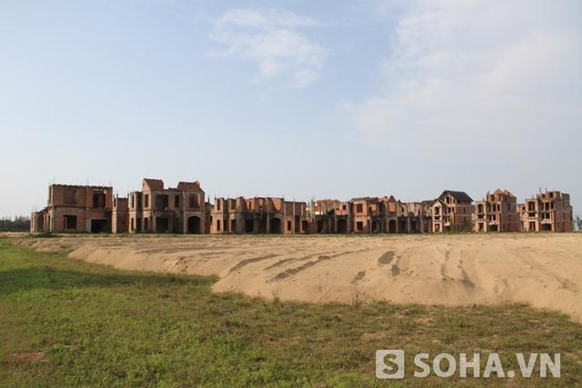 """Khu """"biệt thự ma"""" chúng tôi muốn nói đến là hơn 100 ngôi biệt thự đang được xây dựng dở dang nằm trên đường Bình Minh, thuộc địa phận xã Nghi Hương và phường Nghi Hòa, T.x Cửa Lò, Nghệ An."""