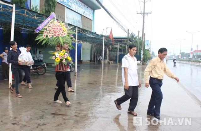 Chiều ngày 9/7, dù trời mưa nhưng nhiều người vẫn đến viếng, chia sẻ cùng nhân nhân gia đình nạn nhân trong vụ việc 6 người bị giết
