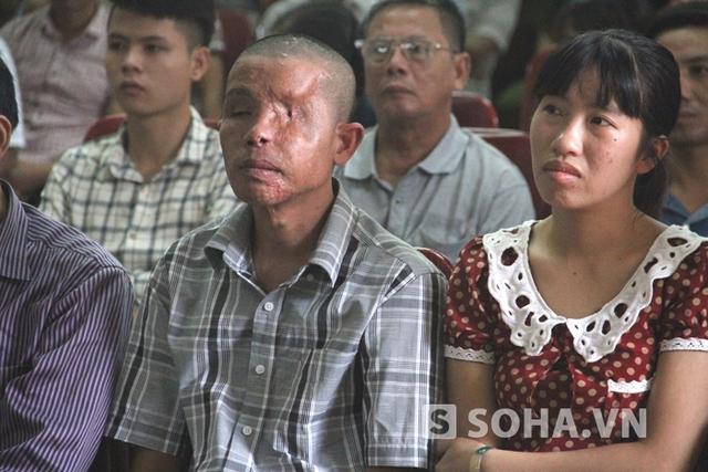 Vợ chồng nạn nhân Thái Viết Hảo - người bị hại trong vụ nổ mìn xe khách mà Đệ gây ra tỏ ra khá hồi hộp và lo lắng.
