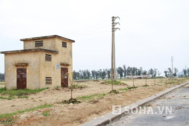 Ngoài những căn nhà xây dang dở, hệ thống trạm điện phục vụ dự án, mương nước cũng đã gần hoàn thiện. Tuy nhiên, chưa 1 lần đưa vào sử dụng thì phải bỏ hoang khiến nhiều hạng mục bị xuống cấp, hư hỏng.