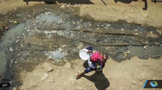 Người dân một số quốc gia ở Châu Phi hàng ngày phải đi bộ quãng đường dài chỉ để mang về một can nước đục cho gia đình sinh hoạt.