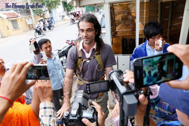 Nhà hoạt động xã hội của tổ chức phi chính phủ Mother Nature Alex Gonzalez-Davidson (giữa), người mới đây đã bị chính quyền Campuchia trục xuất. Ảnh: Phnom Penh Post.
