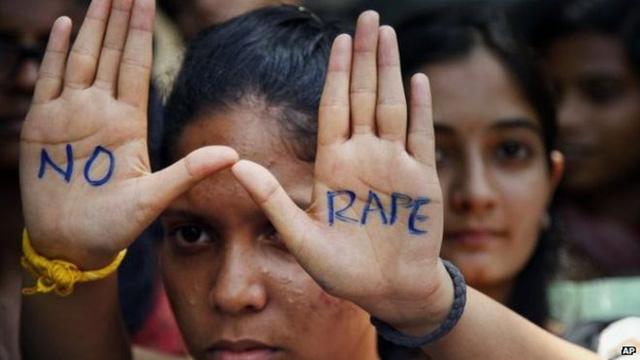 Một thiếu nữ Ấn Độ tham gia biểu tình phản đối cưỡng hiếp.