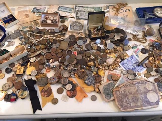 Emil vô cùng bất ngờ. Nhưng anh cho rằng những tài sản này không thuộc sở hữu của mình nên đã quyết định liên hệ với chủ nhân của chiếc tủ và trả lại số trang sức quý giá này.