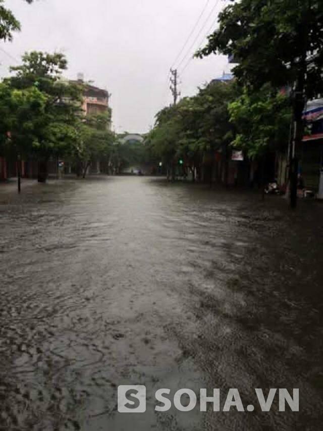 Khu vực phố Hàn Thuyên chìm hẳn trong biển nước khiến xe cộ chết máy liên tục.