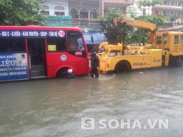 Ngay cả những chiếc xe buýt lớn cũng không thoát khỏi chết máy khi đi qua những đoạn đường bị ngập.
