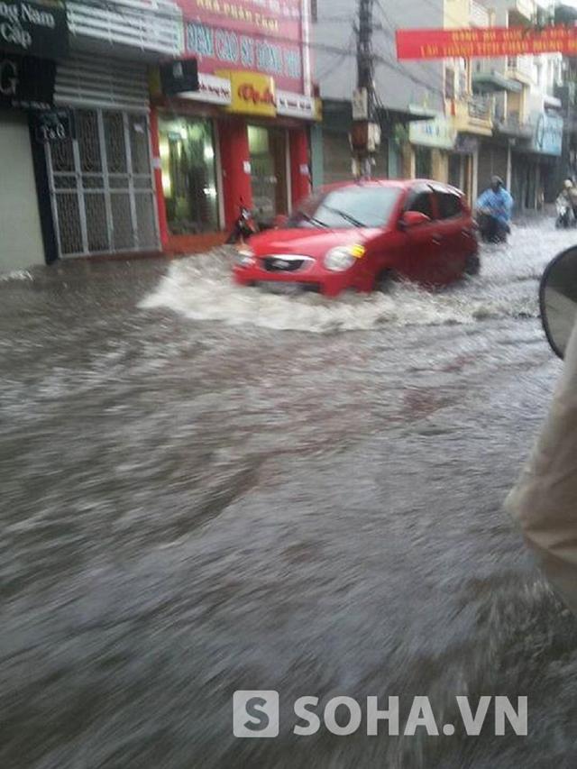 Theo quan sát, chỗ sâu nhất nước ngập cao hơn bánh xe.
