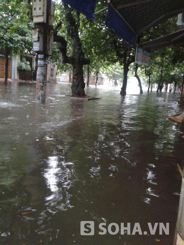 Khu vực Máy Tơ với Hàng Thao cũng bị ngập lụt nghiêm trọng.