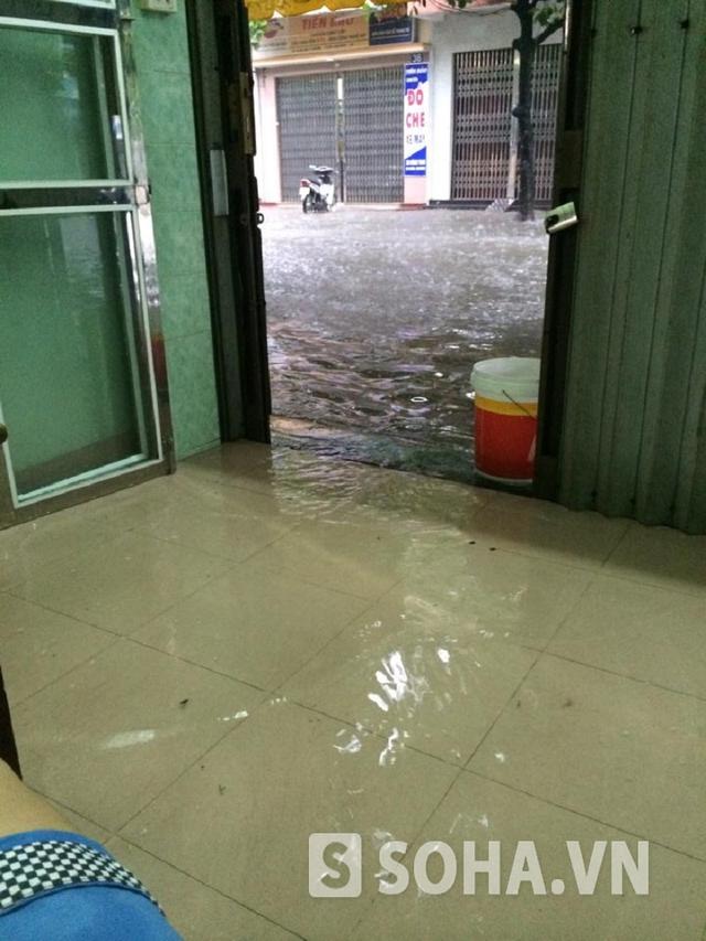 Những ngôi nhà gần đường đã bị nước tràn vào cả trong nhà gây ảnh hưởng lớn đến sinh hoạt.