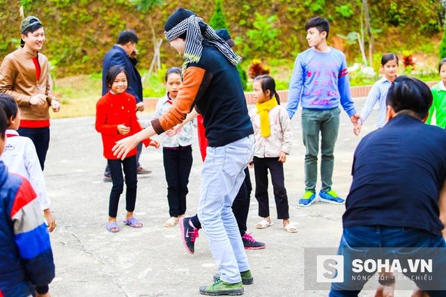 Vừa xuống xe, các thành viên đoàn từ thiện đã tổ chức chơi cùng các em học sinh Tân Lập