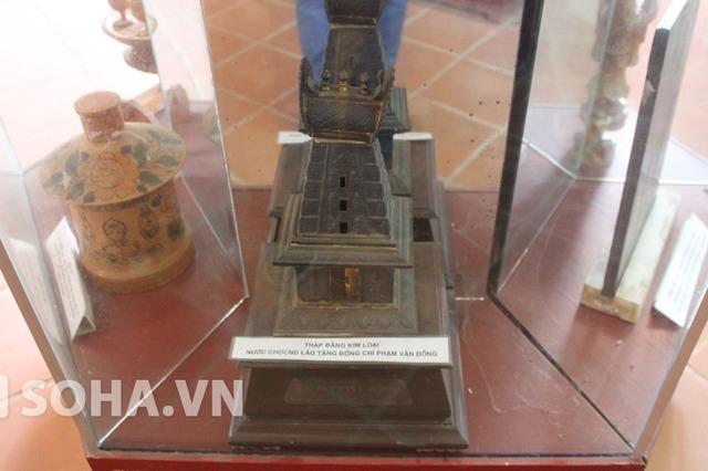 Tháp bằng kim loại do nước bạn Lào tặng cố Thủ tướng.