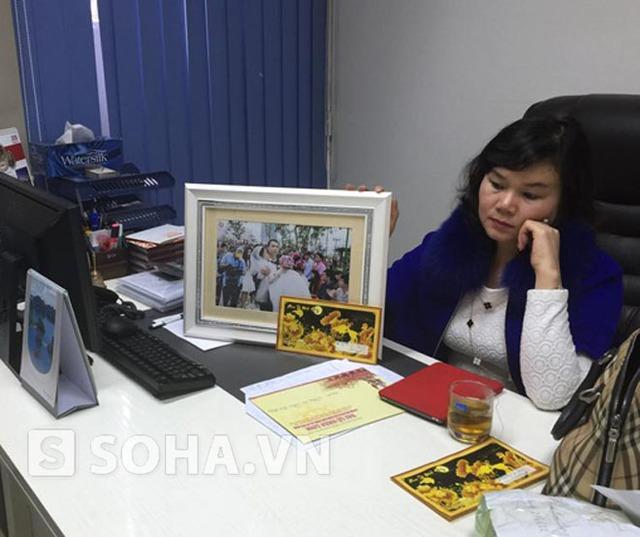 Nhà ngoại cảm Phan Thị Bích Hằng bên bức ảnh đám cưới cổ tích của anh Vượng, chị Loan mà chưa kịp trao.