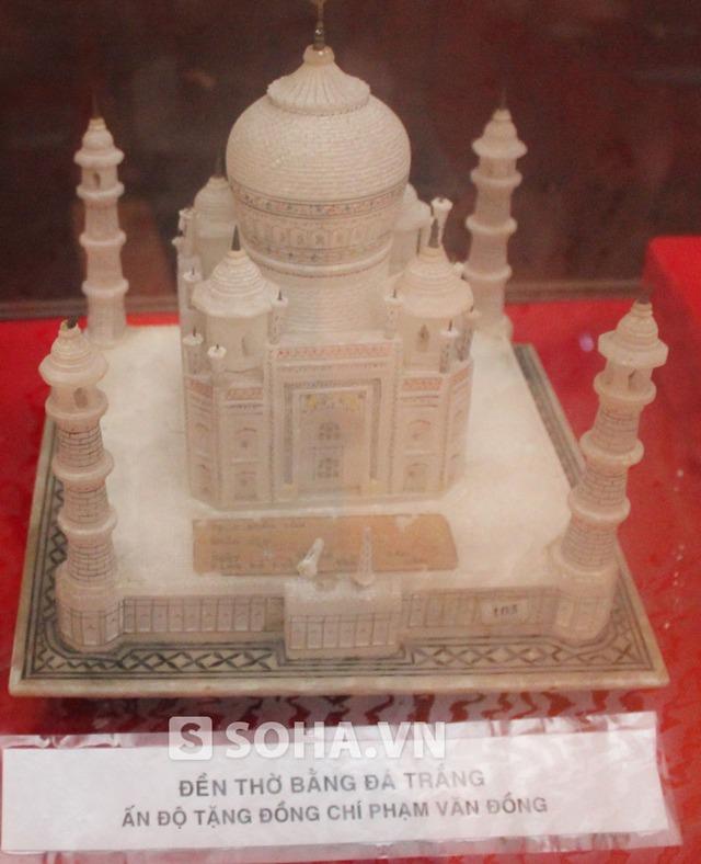 Đền thờ bằng đá trắng do Ấn Độ tặng cố Thủ tướng.