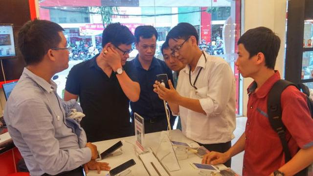 Khách hàng xem sản phẩm Bphone tại FPT Shop (Ảnh Tuổi trẻ).