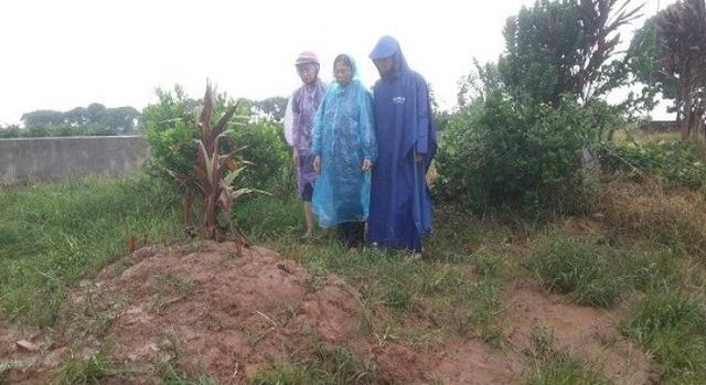 Gia đình chị Huyền trong một lần sang thăm mộ con gái xấu số.