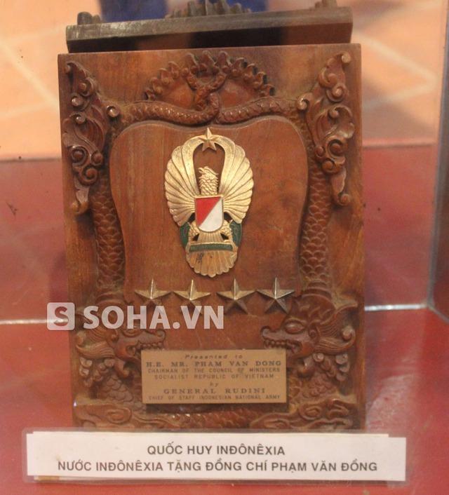 Quốc huy của Indonexia gửi tặng cố Thủ tướng.
