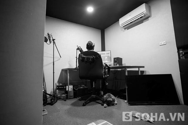 Kỷ lục của nam ca sĩ là ngồi trên bàn làm việc suốt năm ngày năm đêm khi viết Immabreaker. Thậm chí, việc ăn uống cũng diễn ra ngay trong phòng.