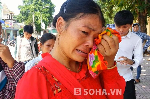 Bà Vi Thị Thẩm (mẹ Hai) khóc nức nở và mong muốn được xin cho con mình nhận án tù chung thân.