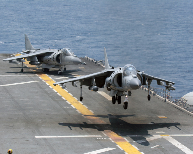 Máy bay AV-8 Harrier (Anh) có thể cất cánh và hạ cánh thẳng đứng VTOL.