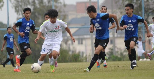 Công Phượng đi bóng trong trận đấu tập huấn tại Thái Lan