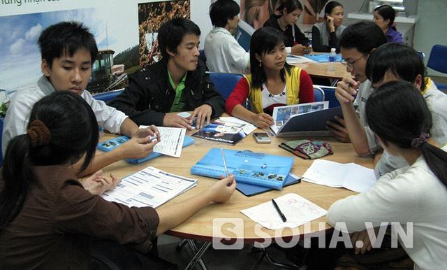 Những chiếc bàn được kê sẵn thuận tiện cho việc các nhà phân phối đào tạo, tuyển dụng hoặc bàn bạc kế hoạch chốt hàng (Ảnh: LN)