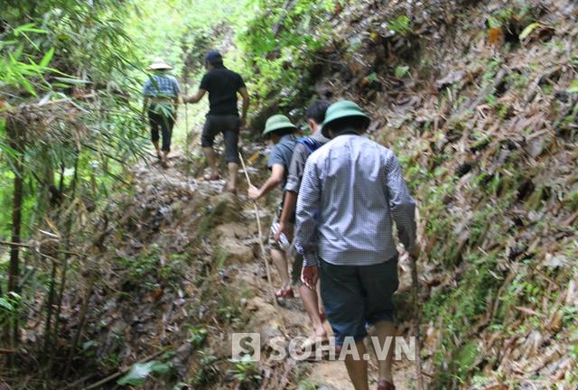 Sáng 20/7, PV cùng đoàn công tác ban chuyên án và trung tá Nguyễn Đức Hải - Phó Giám đốc Công an tỉnh Nghệ An trực tiếp vào lại hiện trường truy tìm vật chứng vụ án.