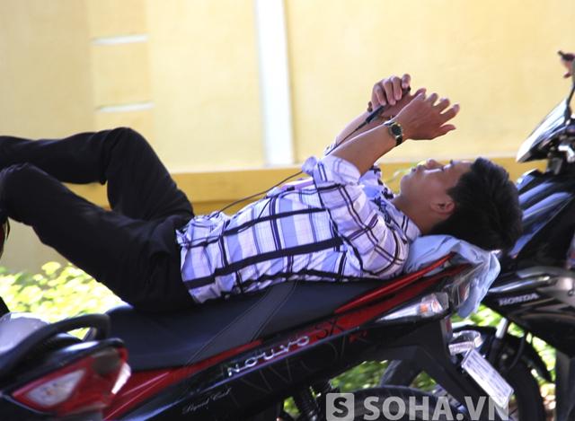 Nhiều người khác lại chọn cách nằm ngay trên yên xe để nghỉ ngơi chờ sĩ tử làm bài.