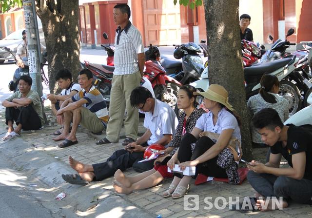 Dưới cái nắng xấp xỉ 40 độ C nhưng các phụ huynh vẫn quyết bám trụ tại các cổng trường để chờ đón con em mình làm bài thi.
