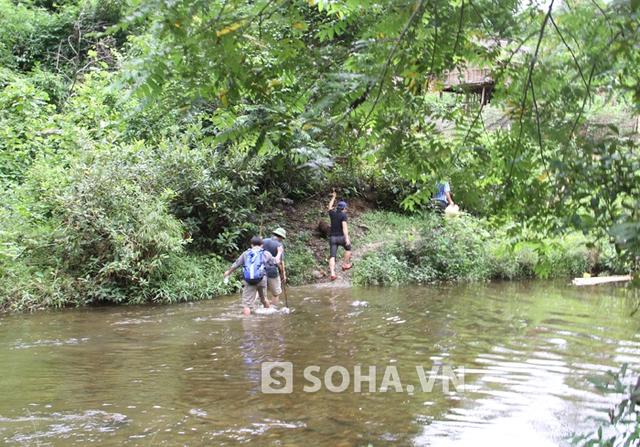 Để vào được hiện trường, đoàn công tác phải lội bộ hơn 2 giờ đồng hồ đường rừng và lội qua gần 10 con suối lớn nhỏ.