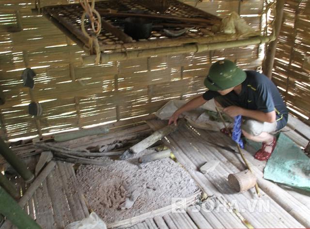 Trung tá Nguyễn Đức Hải truy tìm vật chứng vụ án tại nhà nạn nhân Lo Văn Thọ.