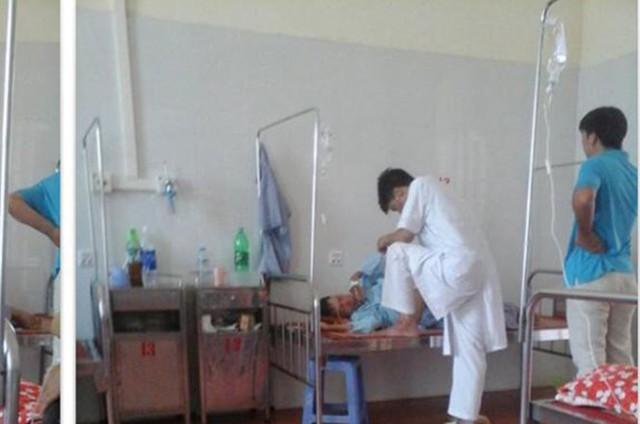 Hình ảnh phản cảm của bác sĩ H khi thăm khám cho bệnh nhân đã gây bức xúc trong dư luận