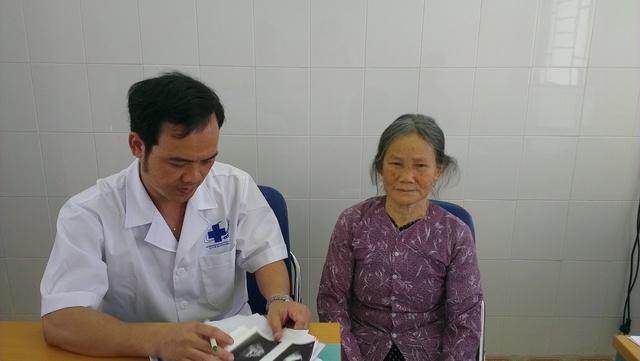 Bác sĩ Phạm Đình Tuấn đang thăm khám cho bệnh nhân.