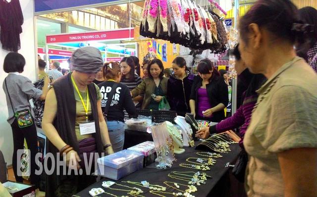 Gian hàng bán bạc Thái lúc nào cũng đông khách
